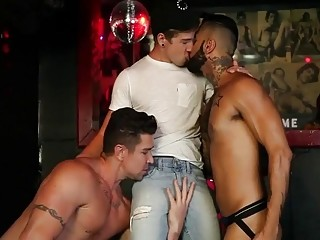 Gays at the club have a thrilling threesome